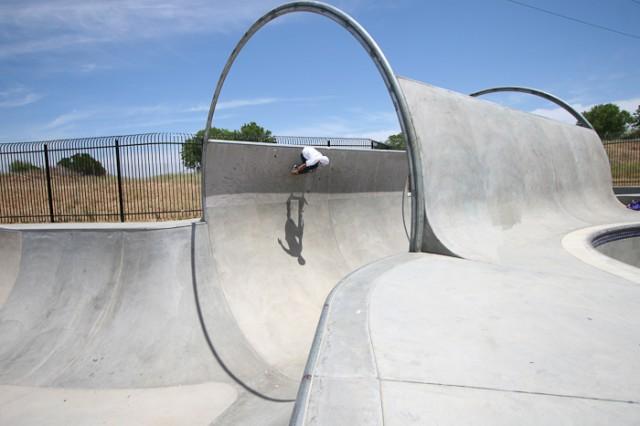 Фрагмент скейт-парка с бетонным покрытием
