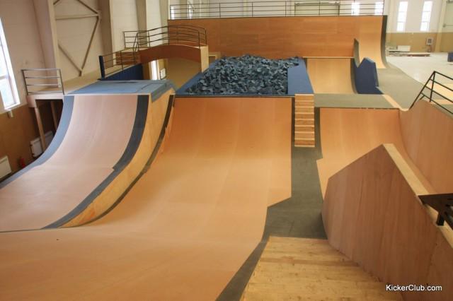 Фрагмент скейт-парка с деревянным покрытием