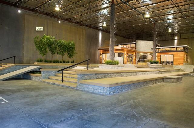 Фрагмент скейт-парка закрытого пространства