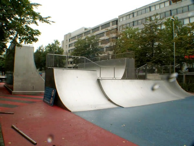 Фрагмент скейт-парка с металлическим покрытием