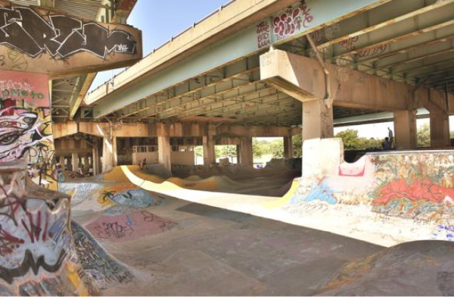 Фрагмент скейт-парка полуоткрытого пространства